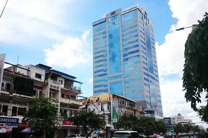 プノンペン商業銀行は市中心部のランドマーク、プノンペンタワー2階にある