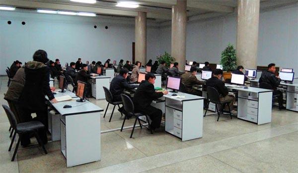 人民大学習堂(北朝鮮の図書館)でイントラネットを利用する人々 出典:Wikimedia Commons